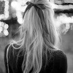 coiffures à réaliser en 5 minutes la demie queue ornée d'un noeud