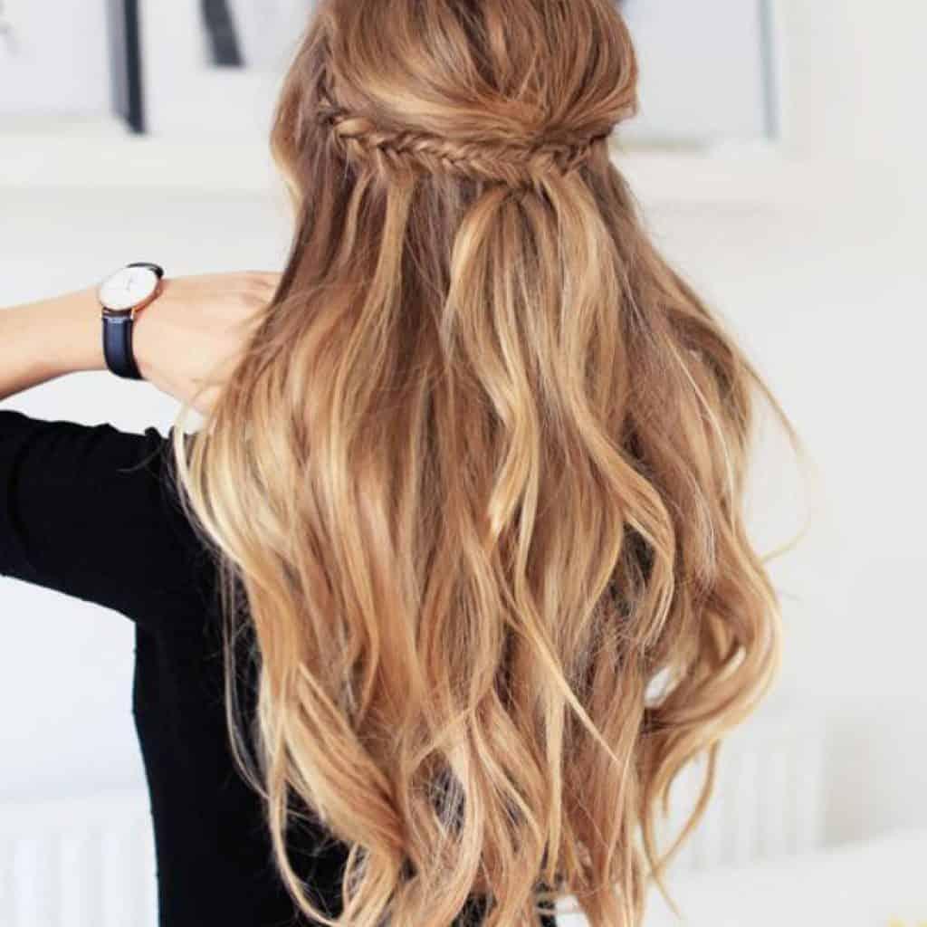 coiffures à réaliser en 5 minutes la demie queue tressée
