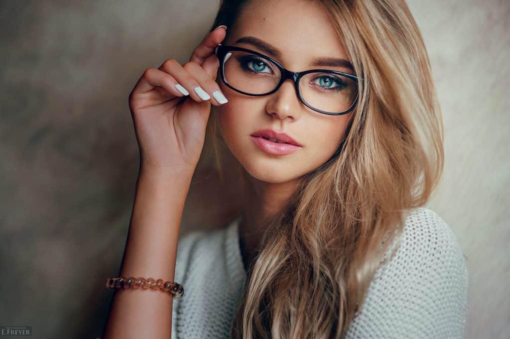 Femme choisir lunettes coupe cheveux