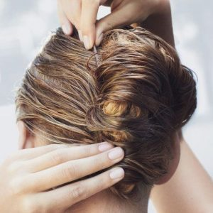 Étouffer les cheveux encore mouillés en les attachant