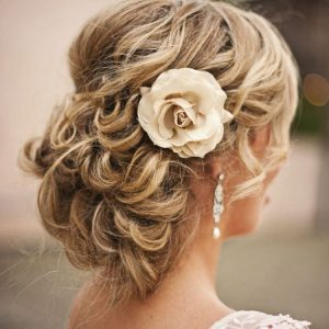 Coiffure cheveux ondulés fleur