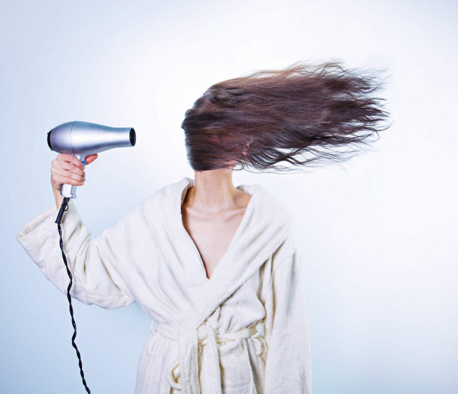 femme seche cheveux
