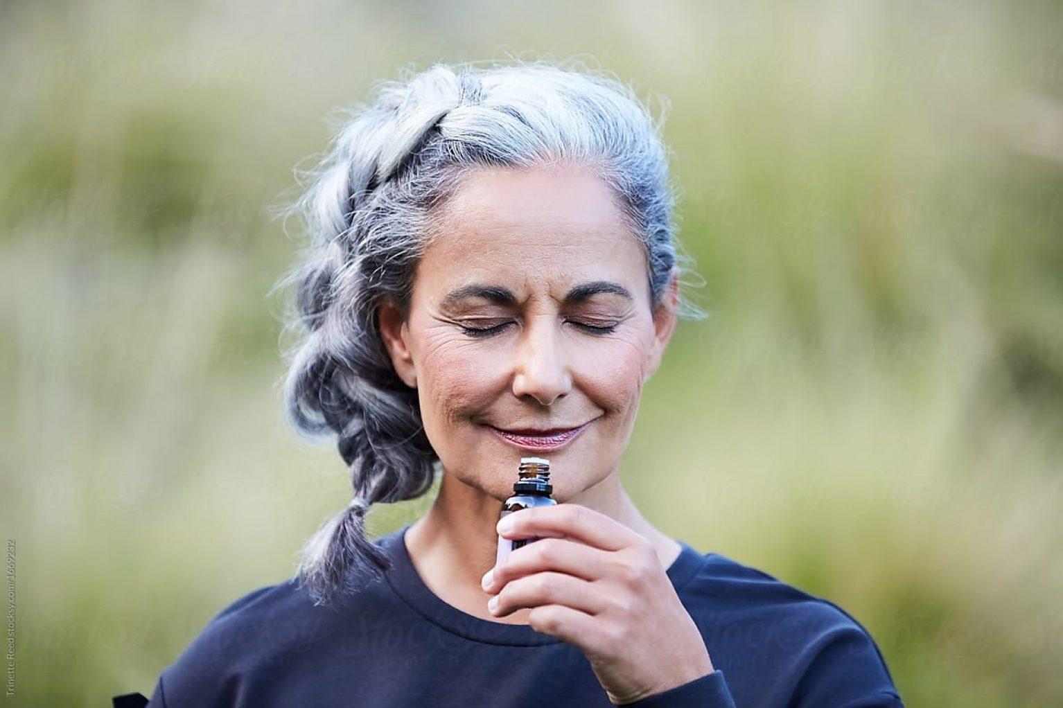 Femme cheveux blancs henné