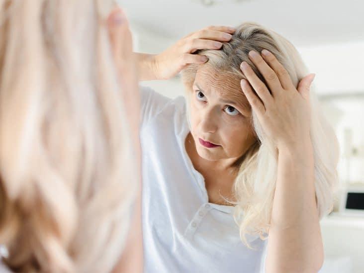 femme repérer ses cheveux blancs