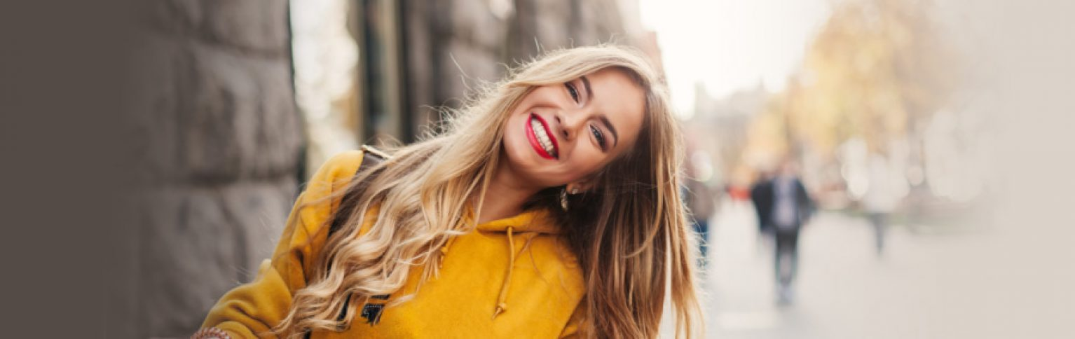 Femme blonde balayage argile