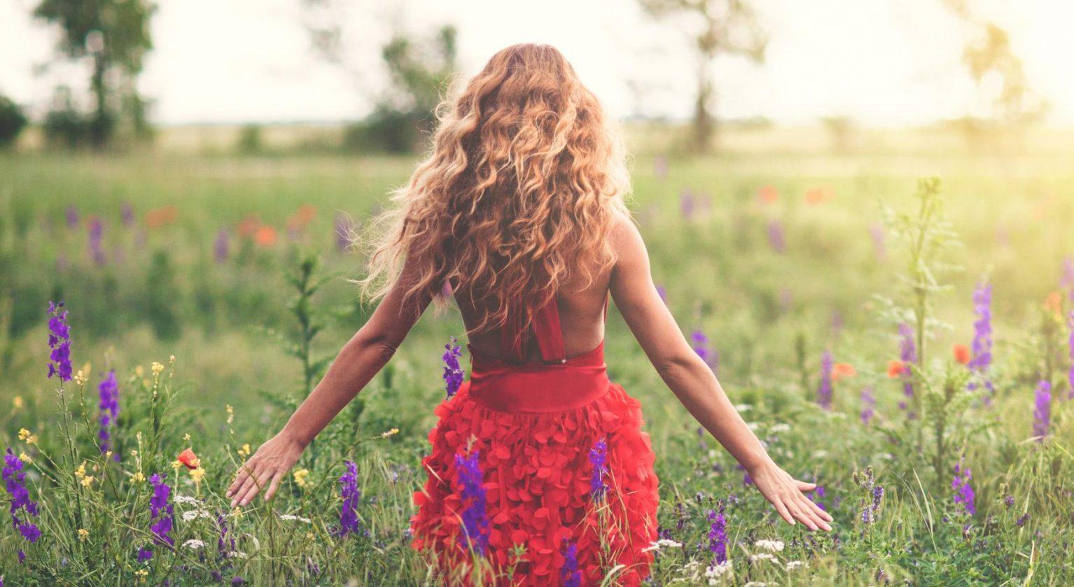 Femme champs cheveu épais