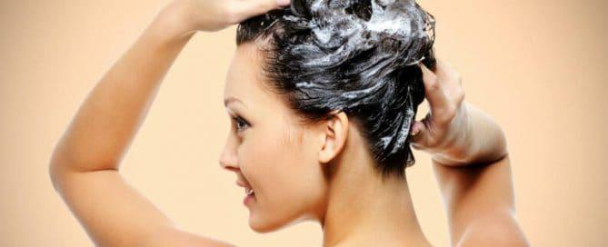 Femme et shampoing